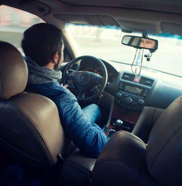 Motorista visto do banco de trás